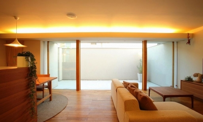 清須の家 (リビングよりテラスを見る)