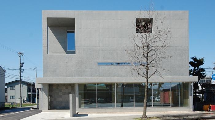 ガラスとコンクリートの対比の写真 道路側外観1