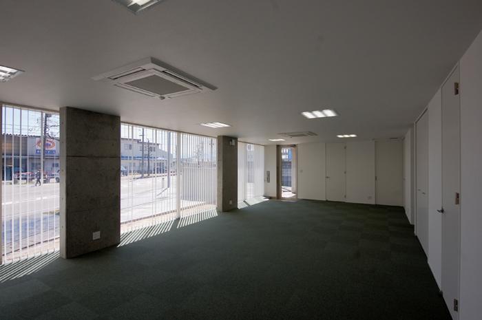 ガラスとコンクリートの対比の写真 多目的室