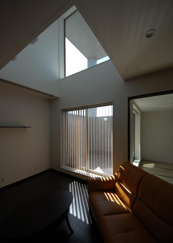 ガラスとコンクリートの対比の写真 LDK-1