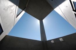 ガラスとコンクリートの対比 (中庭・外部吹き抜け-1)