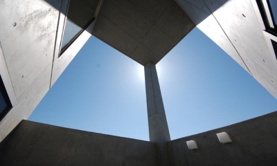 中庭・外部吹き抜け-1|ガラスとコンクリートの対比