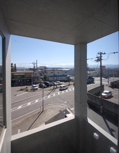 ガラスとコンクリートの対比 (中庭・外部吹き抜け-2)