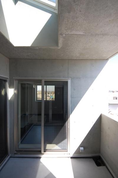 ガラスとコンクリートの対比 (3階バルコニー)