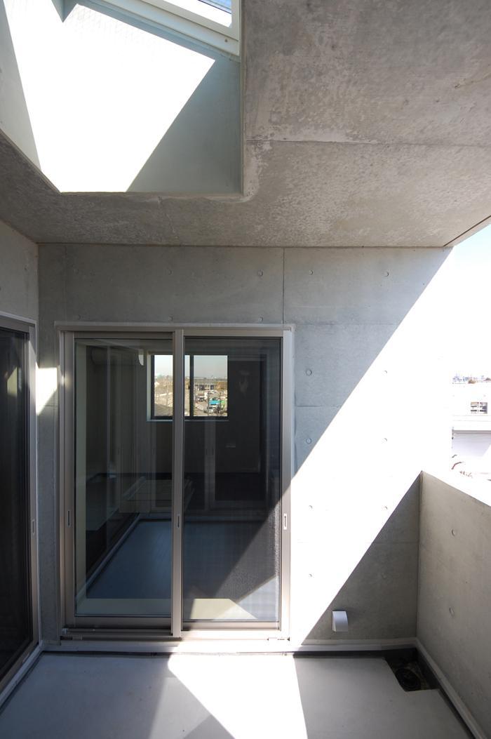 ガラスとコンクリートの対比の写真 3階バルコニー