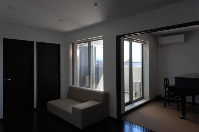 ガラスとコンクリートの対比の写真 洋室