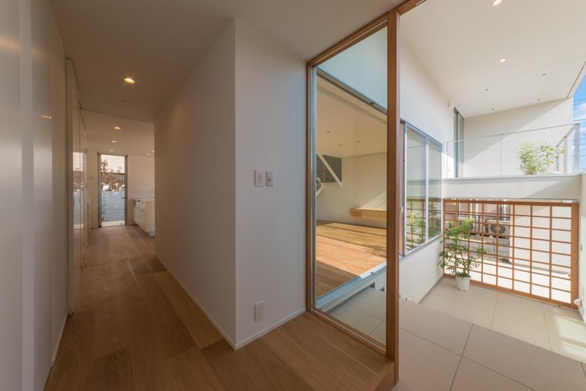 玄関事例:玄関よりアプローチを見る(撮影:谷川ヒロシ)(尾張旭の住宅)