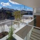 尾張旭の住宅の写真 2階テラスより玄関を見る(撮影:谷川ヒロシ)