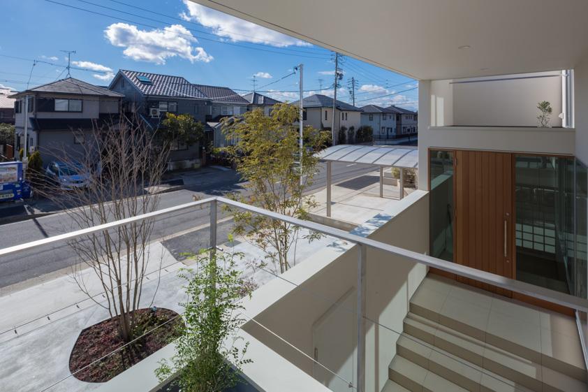 尾張旭の住宅の部屋 2階テラスより玄関を見る(撮影:谷川ヒロシ)