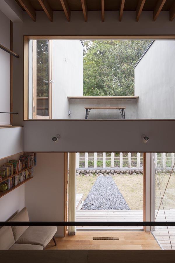 東員の住宅の部屋 階段よりルーフテラスを見る(撮影:新建築写真部)