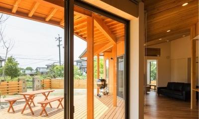 緑苑の家 (室内よりウッドデッキテラスを見る)