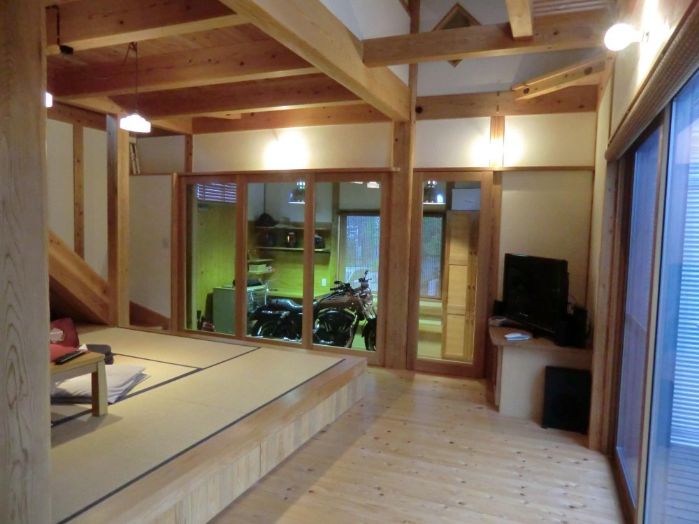 バイクガレージの木の家 (作業スペース)