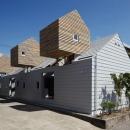 平屋と小屋を組み合わせた個性的な外観