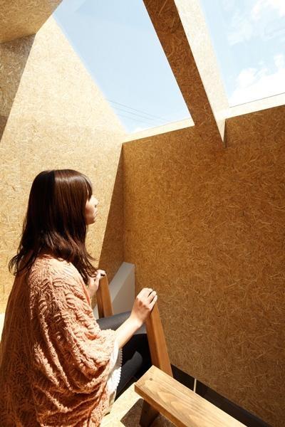 日向ぼっこのできる小屋空間 (『ソラニワ』〜ソラにつながり、ソラへ向かう住宅〜)