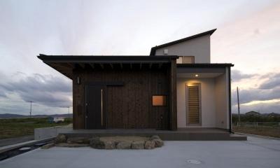 『鳥の海の家』〜回遊性を持たせたアットホームな店舗併用住宅〜 (素材にこだわった温かみのある外観)