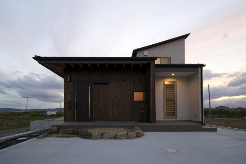 『鳥の海の家』〜回遊性を持たせたアットホームな店舗併用住宅〜の写真 素材にこだわった温かみのある外観