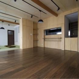 畳スペースのあるリビングダイニング-1 (『鳥の海の家』〜回遊性を持たせたアットホームな店舗併用住宅〜)