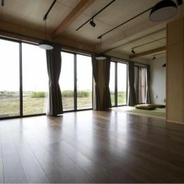 畳スペースのあるリビングダイニング-2 (『鳥の海の家』〜回遊性を持たせたアットホームな店舗併用住宅〜)
