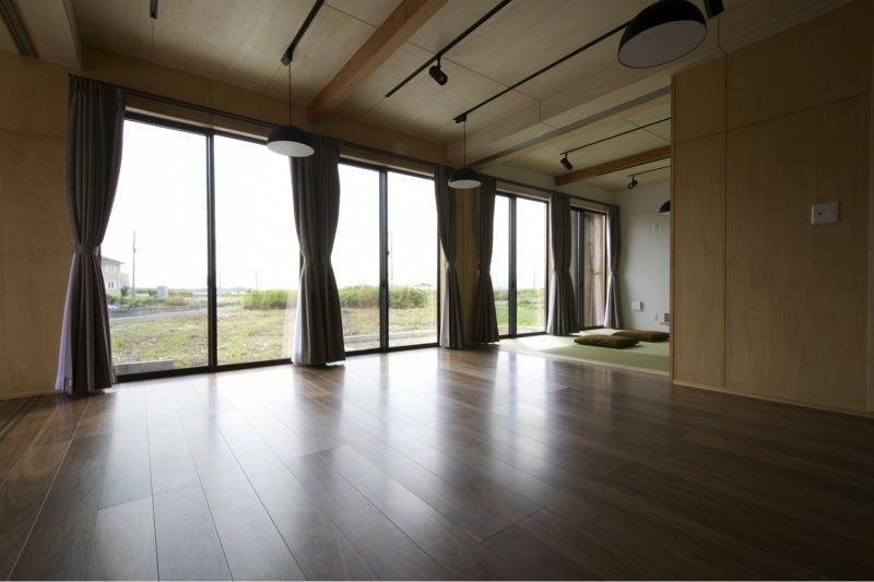 『鳥の海の家』〜回遊性を持たせたアットホームな店舗併用住宅〜の写真 畳スペースのあるリビングダイニング-2