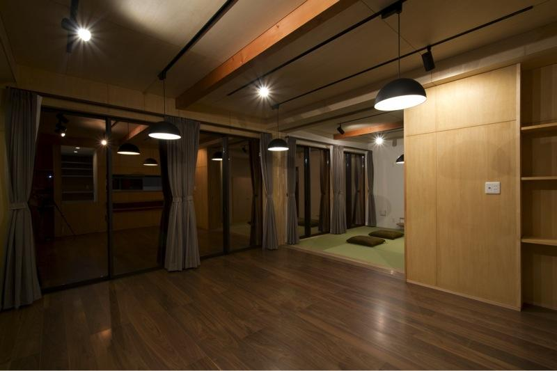 『鳥の海の家』〜回遊性を持たせたアットホームな店舗併用住宅〜の写真 温かみのあるリビングダイニング