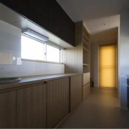 『鳥の海の家』〜回遊性を持たせたアットホームな店舗併用住宅〜 (シンプルなキッチン)