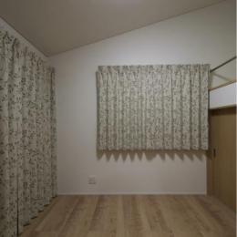 『鳥の海の家』〜回遊性を持たせたアットホームな店舗併用住宅〜 (ロフトのある洋室)