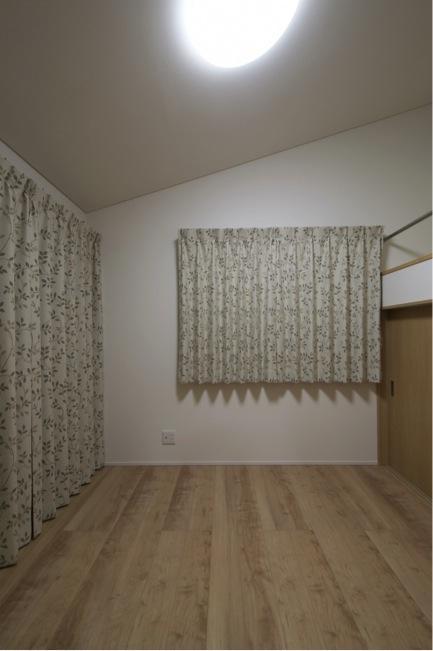『鳥の海の家』〜回遊性を持たせたアットホームな店舗併用住宅〜の部屋 ロフトのある洋室