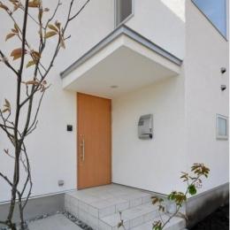 『ヨハクノイエ』〜家族の絆を育むつながりのある住まい〜 (アクセントになる木製玄関ドア)