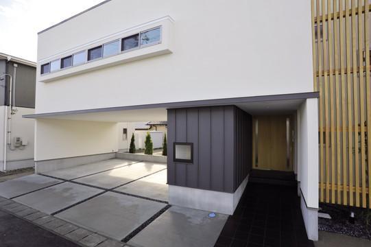 『距離をつなぐイエ』〜2つの庭で家族の距離をつなぐ二世帯住宅〜の部屋 二世帯住宅-正面玄関