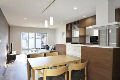 親世帯ダイニングキッチン (『距離をつなぐイエ』〜2つの庭で家族の距離をつなぐ二世帯住宅〜)