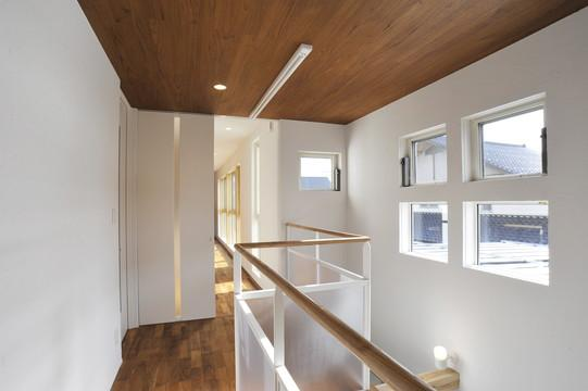 『距離をつなぐイエ』〜2つの庭で家族の距離をつなぐ二世帯住宅〜の部屋 光の差し込む2階廊下