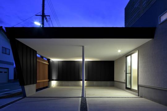 『月と暮らす庵(イエ)』〜浴室・茶室にこだわった和テイストの住まい〜 (落ち着いた雰囲気の駐車場)