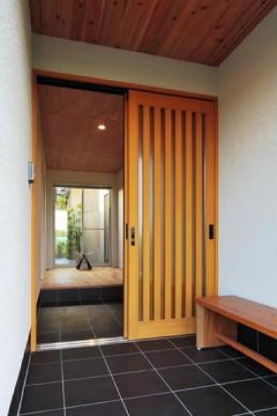 木格子戸の玄関 (『月と暮らす庵(イエ)』〜浴室・茶室にこだわった和テイストの住まい〜)