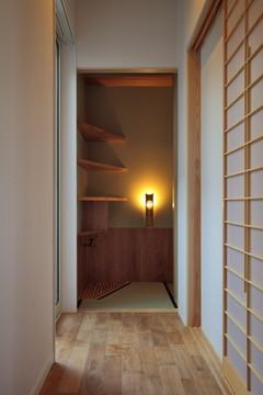 『月と暮らす庵(イエ)』〜浴室・茶室にこだわった和テイストの住まい〜 (廊下より水屋を見る)