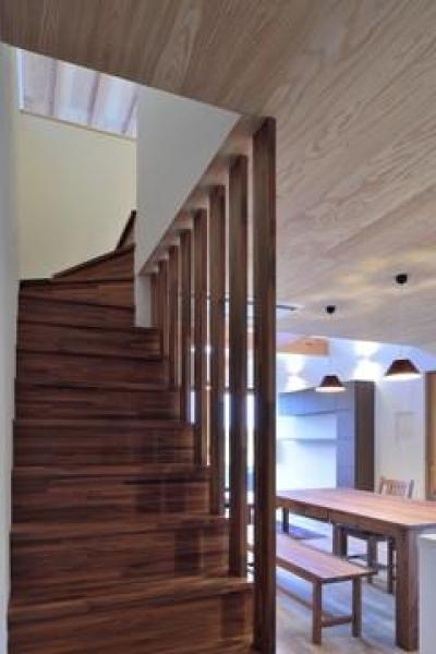 木格子の階段 (『月と暮らす庵(イエ)』〜浴室・茶室にこだわった和テイストの住まい〜)