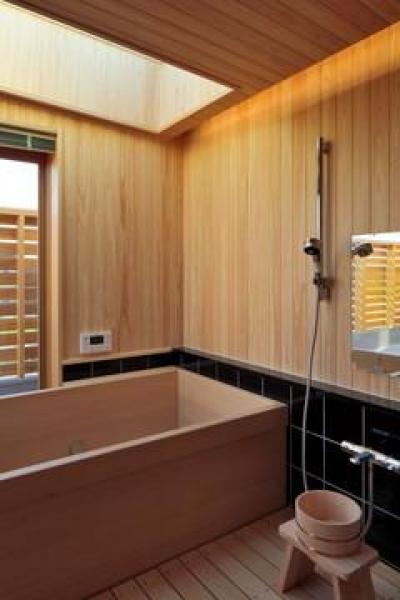 月見ができる桧張りの浴室 (『月と暮らす庵(イエ)』〜浴室・茶室にこだわった和テイストの住まい〜)