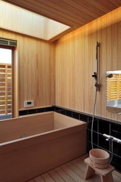 『月と暮らす庵(イエ)』〜浴室・茶室にこだわった和テイストの住まい〜 (月見ができる桧張りの浴室)