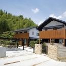 『景色と共に生きる家』〜シンボルツリーが家族をつなぐ二世帯住宅〜の写真 山々を背景に建つ住宅外観1