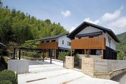 『景色と共に生きる家』〜シンボルツリーが家族をつなぐ二世帯住宅〜 (山々を背景に建つ住宅外観1)