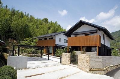 山々を背景に建つ住宅外観1 (『景色と共に生きる家』〜シンボルツリーが家族をつなぐ二世帯住宅〜)