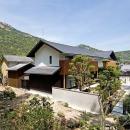 『景色と共に生きる家』〜シンボルツリーが家族をつなぐ二世帯住宅〜の写真 山々を背景に建つ住宅外観2