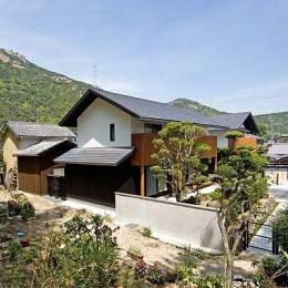 『景色と共に生きる家』〜シンボルツリーが家族をつなぐ二世帯住宅〜 (山々を背景に建つ住宅外観2)