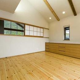 『景色と共に生きる家』〜シンボルツリーが家族をつなぐ二世帯住宅〜 (子世帯・山々が望める2階寝室)