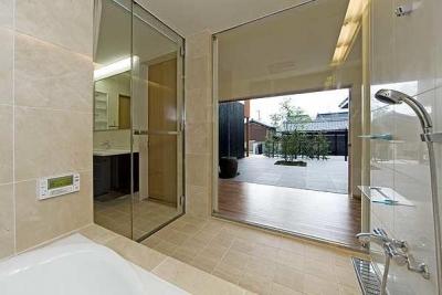 中庭へと視覚的につながる浴室 (『景色と共に生きる家』〜シンボルツリーが家族をつなぐ二世帯住宅〜)