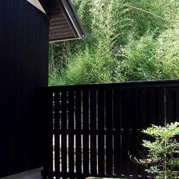 『景色と共に生きる家』〜シンボルツリーが家族をつなぐ二世帯住宅〜 (裏の竹薮と坪庭)