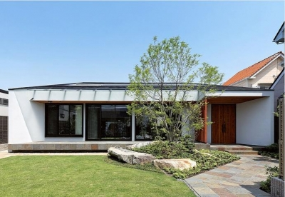『garden house with garage』〜ガレージ・庭・ホームシアター!趣味を最大限楽しめる住宅〜 (庭の緑に映える外観)