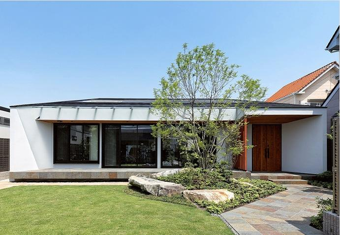 『garden house with garage』〜ガレージ・庭・ホームシアター!趣味を最大限楽しめる住宅〜の部屋 庭の緑に映える外観