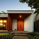 『garden house with garage』〜ガレージ・庭・ホームシアター!趣味を最大限楽しめる住宅〜の写真 開放的な玄関ポーチ