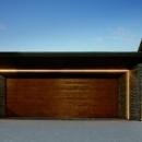 『garden house with garage』〜ガレージ・庭・ホームシアター!趣味を最大限楽しめる住宅〜の写真 ガレージ外観-夜景