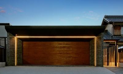 『garden house with garage』〜ガレージ・庭・ホームシアター!趣味を最大限楽しめる住宅〜 (ガレージ外観-夜景)
